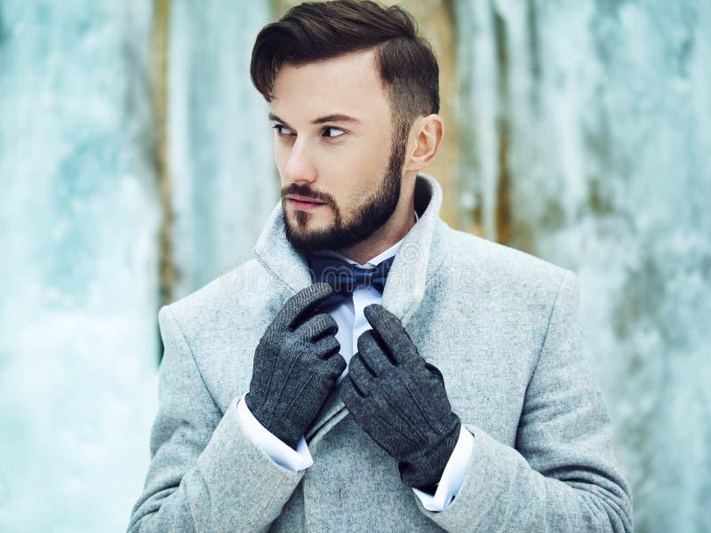 Porträt im Freien des gutaussehenden Mannes im grauen Mantel stockbilder