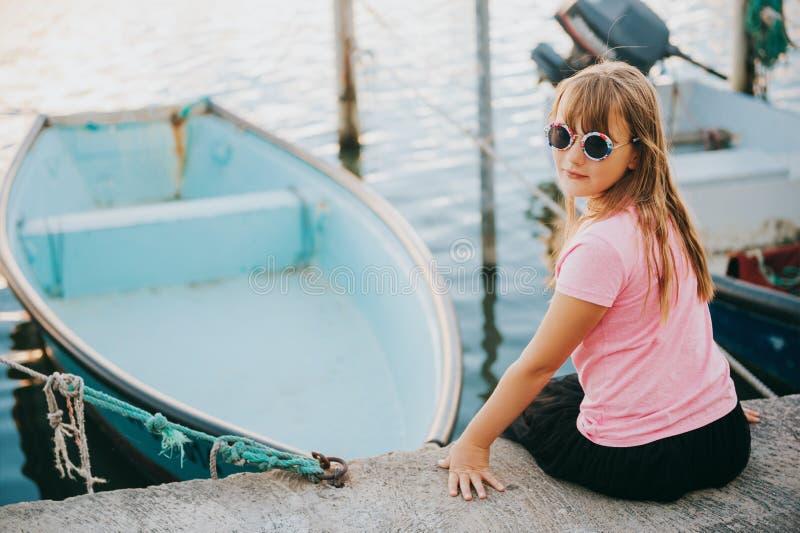 Porträt im Freien des hübschen Kindermädchens stockfotografie