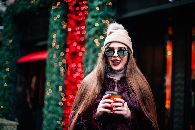 Porträt im Freien des jungen schönen glücklichen lächelnden Hippie-Mädchens, das vorbildlichen tragenden stilvollen Winterhut der lizenzfreie stockfotos