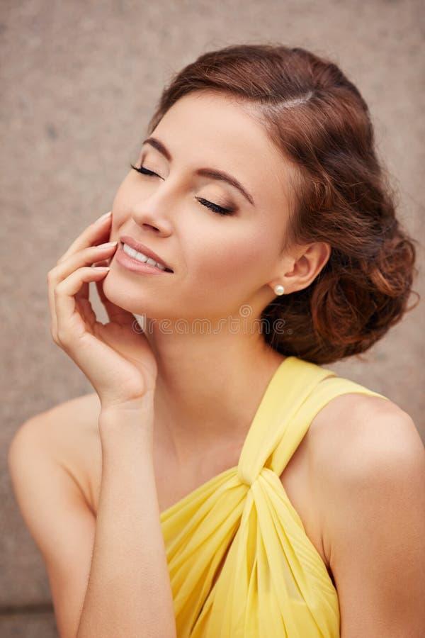 Porträt im Freien des jungen Schönheitsmode-modells mit geschlossenen Augen stockfoto