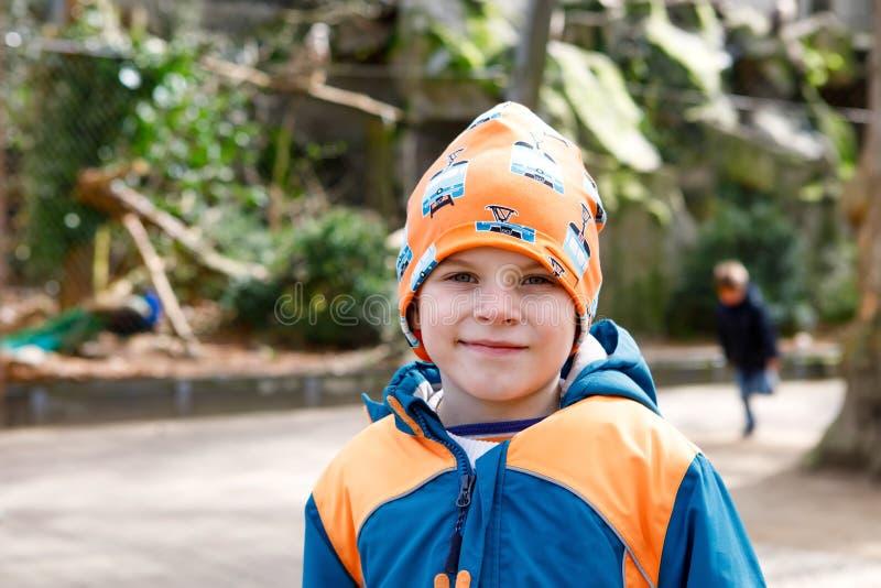 Porträt im Freien des Kleinkindjungen im Frühjahr oder der bunten Kleidung des Herbstes Glücklicher Junge, der Spaß in einem Zoo  lizenzfreies stockbild