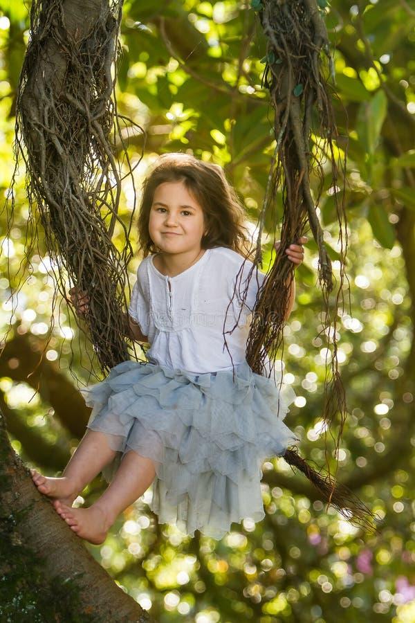 Porträt im Freien des Kleinkindmädchens in magischem Wald, schwingo stockfoto