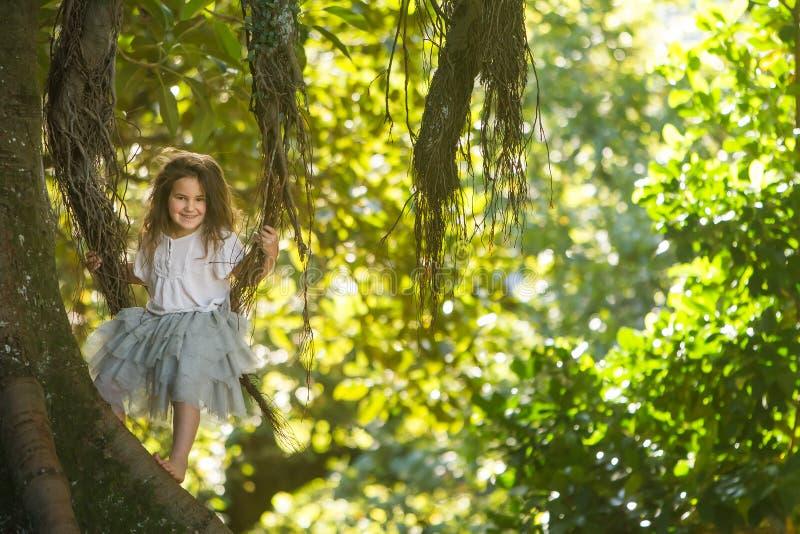 Porträt im Freien des Kleinkindmädchens in magischem Wald, schwingo lizenzfreies stockfoto