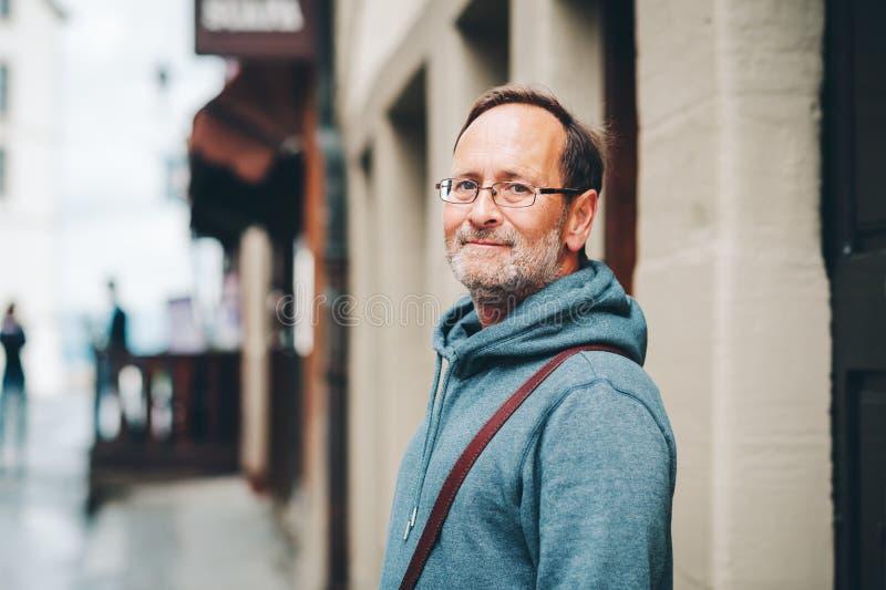 Porträt im Freien des Mannes mit 50 Jährigen stockfotos