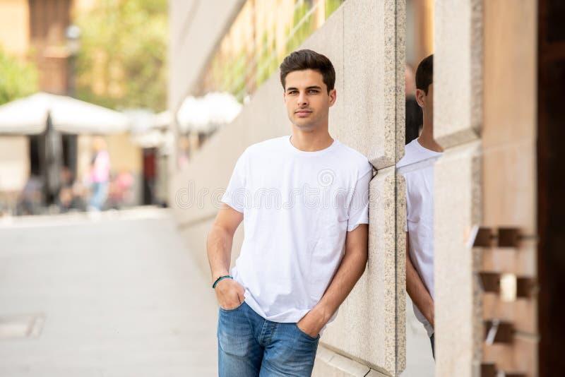 Porträt im Freien des modernen attraktiven jungen Mannes in der Stadt Städtischer Hintergrund lizenzfreies stockfoto