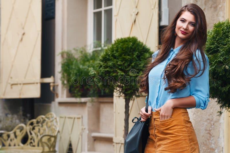 Porträt im Freien einer jungen schönen glücklichen lächelnden Frau, die auf der Straße aufwirft Vorbildliche tragende stilvolle K stockbild