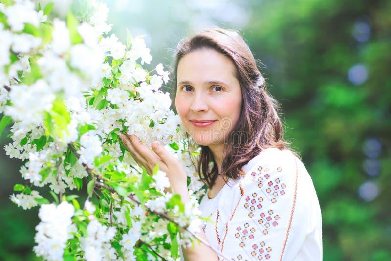 Porträt im Freien einer schönen Brunettefrau in traditionellem Dr. lizenzfreie stockbilder