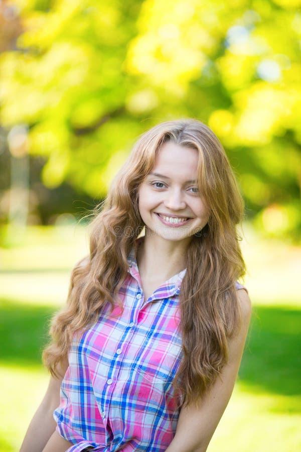 Porträt im Freien eines glücklichen Mädchens lizenzfreie stockbilder