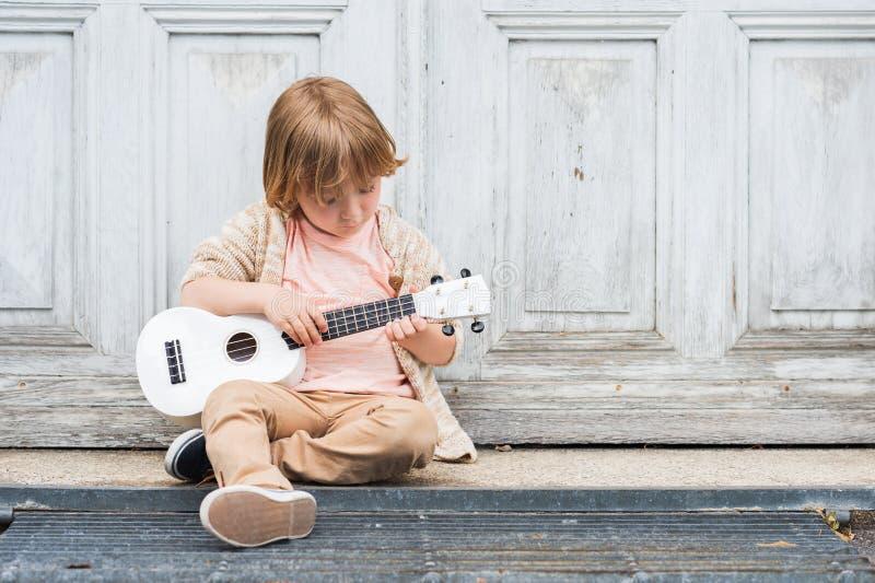 Porträt im Freien eines netten kleinen Jungen stockbilder