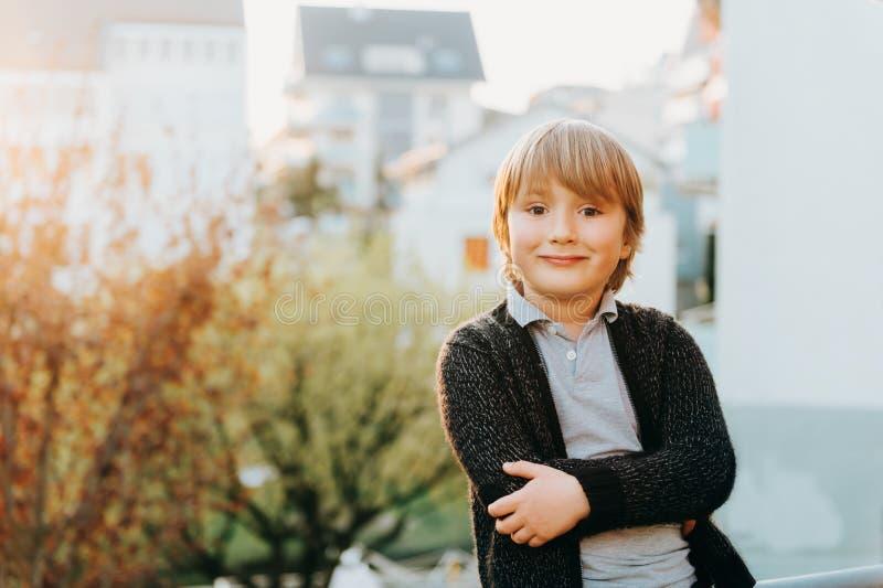 Porträt im Freien jährigen blonden Jungen nette 5 stockbild