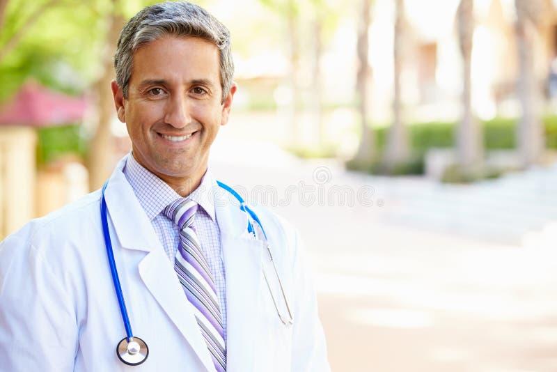 Porträt im Freien männlichen Doktors stockbild