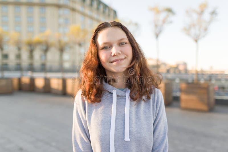 Porträt im Freien schönen lächelnden Jugendlichmädchens 14, 15 Jahre alt stockbilder