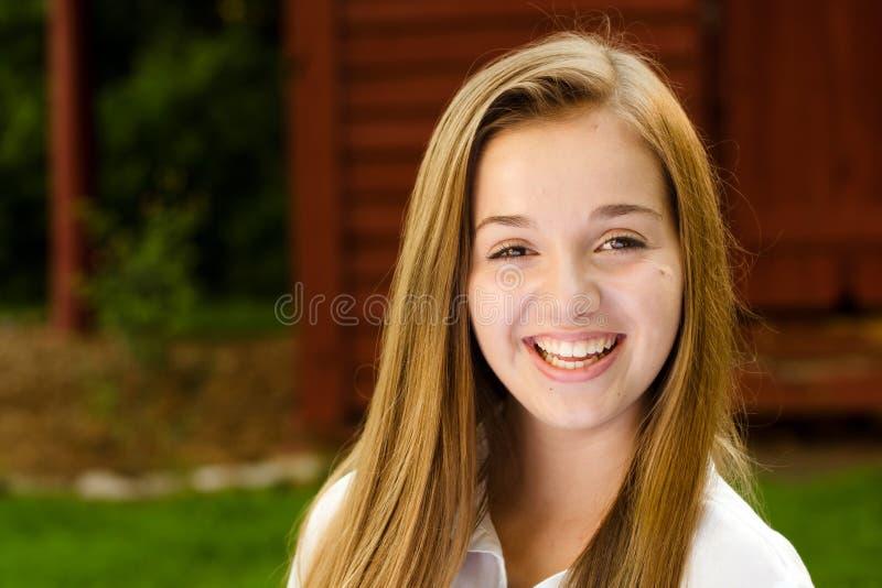 Porträt im Freien von recht, Mädchen des jungen jugendlich stockbild