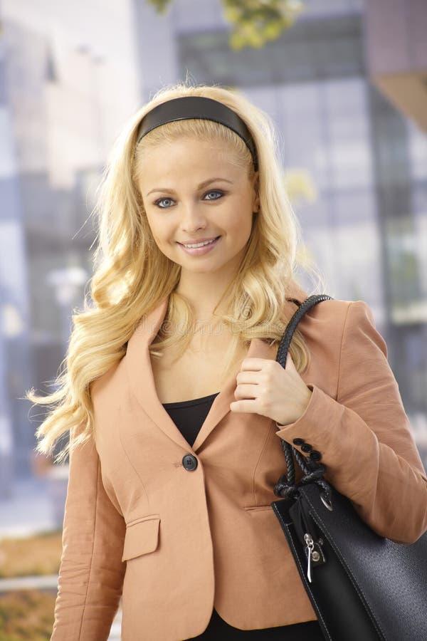 Porträt im Freiender attraktiven Geschäftsfrau lizenzfreie stockbilder