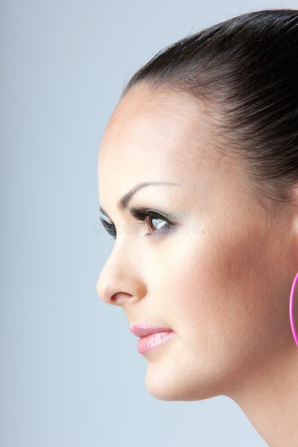 Porträt im Profil eines hübschen Mädchens lizenzfreie stockfotografie