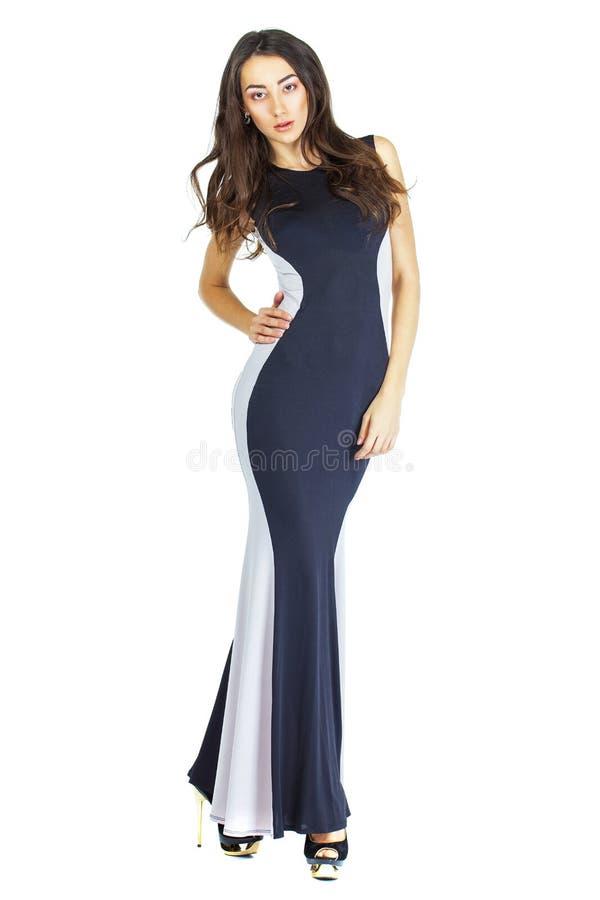 Porträt im vollen Wachstum einer jungen Frau im langen Abendkleid stockfoto