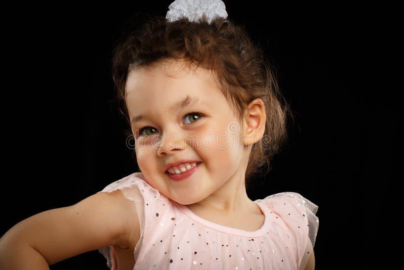 Porträt jährigen kleinen Mädchens 3 auf schwarzem Hintergrund lizenzfreie stockfotos