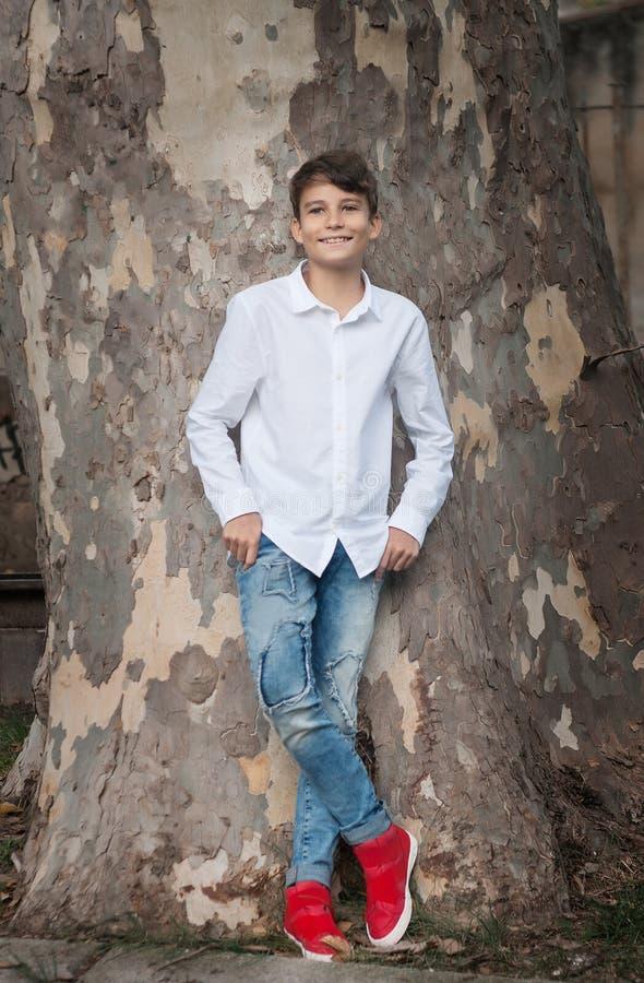 Porträt Junge lächelnden jugendlich Jungen, der Kamera mit einem joyf betrachtet lizenzfreie stockfotografie