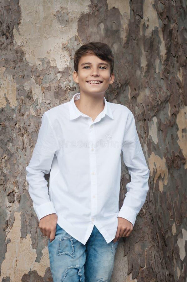 Porträt Junge lächelnden jugendlich Jungen, der Kamera mit einem joyf betrachtet lizenzfreies stockbild