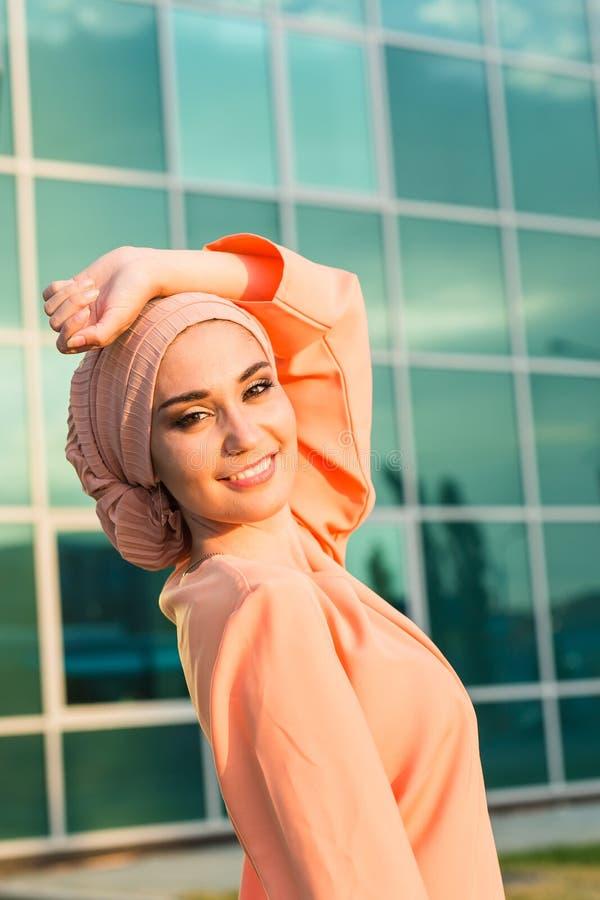 Porträt junge schöne asiatische moslemische Frau tragenden hijab lizenzfreies stockbild