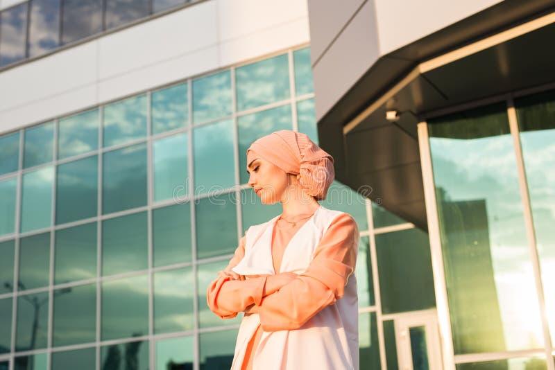 Porträt junge schöne asiatische moslemische Frau tragenden hijab lizenzfreie stockfotos