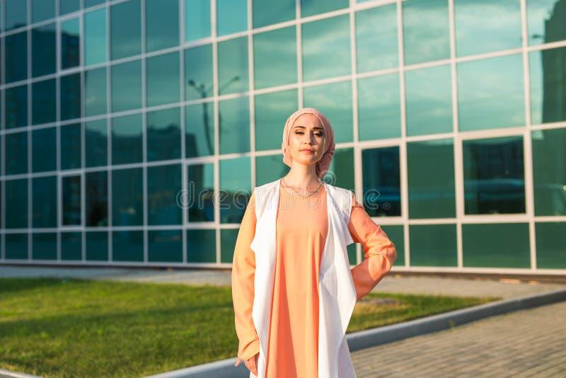 Porträt junge schöne asiatische moslemische Frau tragenden hijab stockfoto