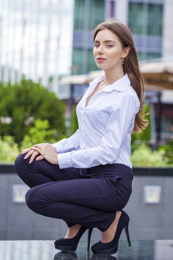 Porträt, jungen Geschäftsfrau in der in voller Länge im weißen Hemd lizenzfreie stockfotos