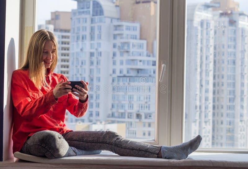 Porträt junger Dame mit Geräten lizenzfreie stockfotos