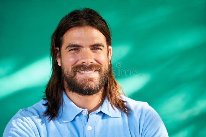 Porträt-junger hispanischer Mann der glücklichen Menschen mit dem Bart-Lächeln lizenzfreies stockbild