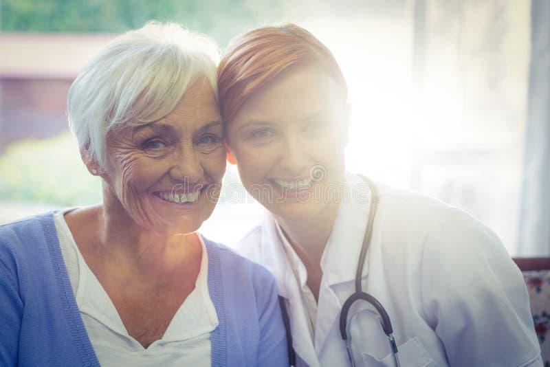 Porträt lächelnden Doktors und des Patienten stockfoto
