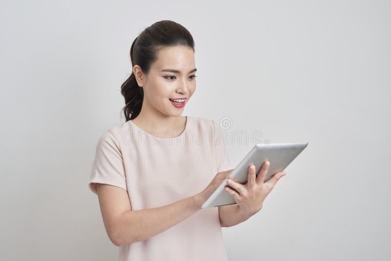 Porträt lächelnder reizender Geschäftsdame, die digitale Tablette verwendet lizenzfreie stockbilder
