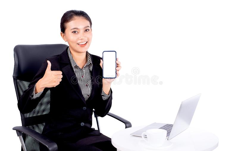 Porträt lokalisierte, die südostasiatische Geschäftsfrau dunkelgrauen Anzug trägt, betrachtet die Kamera zeigen auch ihren Handy  stockbilder