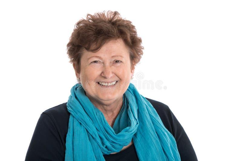 Porträt: Lokalisiertes glückliche Pensionärfrau tragendes Blau und turquo lizenzfreies stockfoto