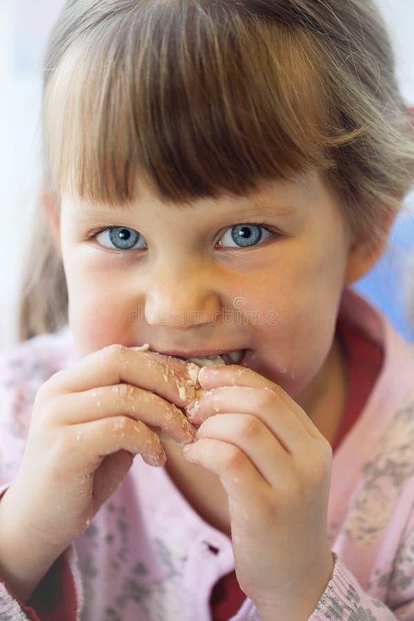 Porträt, Mädchen, das Gebäck isst lizenzfreie stockfotografie