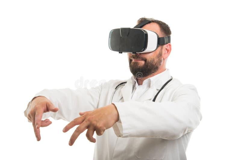 Porträt männlicher Doktor tragenden vr googelt lizenzfreies stockbild