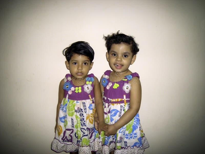 Porträt mit zwei kleinen Mädchen lizenzfreie stockfotografie