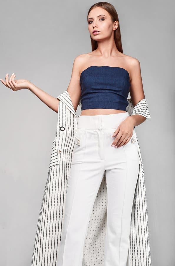 Porträt Mode der jungen Frau stilvollen Swag in der Jacke lizenzfreie stockbilder