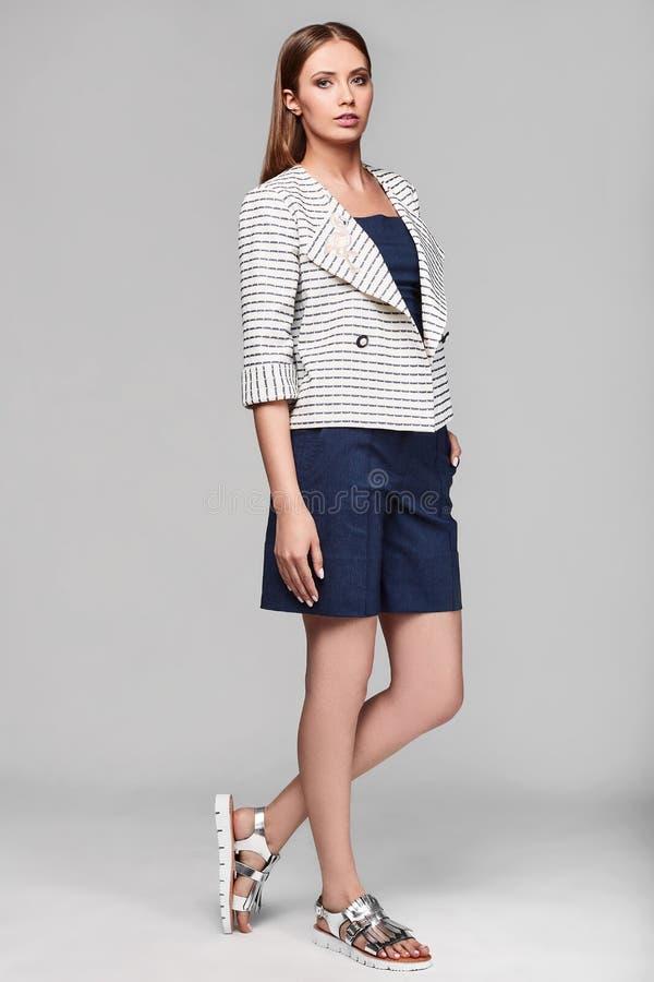Porträt Mode der jungen Frau stilvollen Swag in der Jacke lizenzfreie stockfotos
