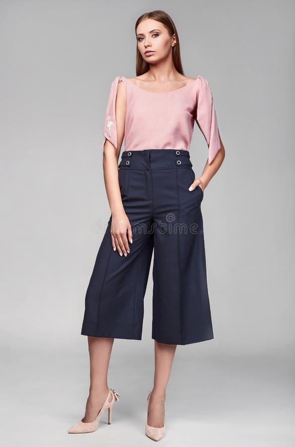 Porträt Mode der jungen Frau stilvollen Swag im klassischen Kleid stockbilder