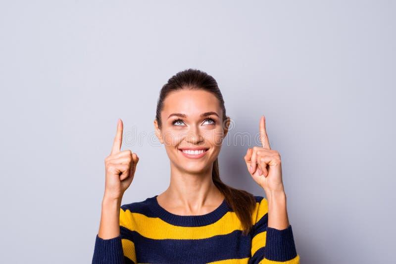 Porträt netter aufgeregter reizend netter Damenjugend glauben, dass positive nette annoncieren zu wählen entscheiden Wahl Promofe stockfotografie