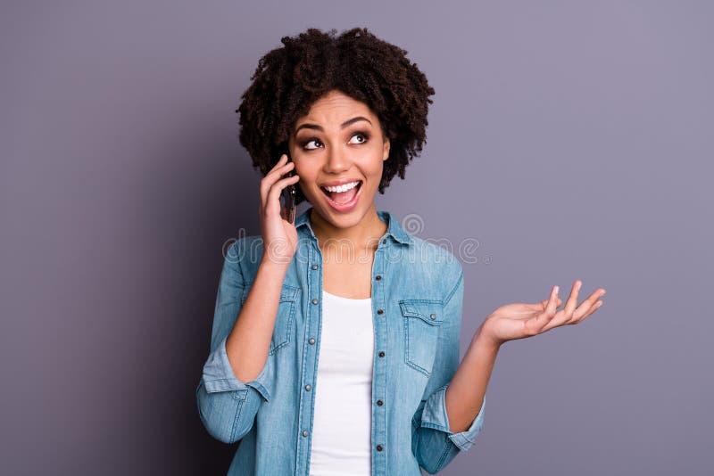 Porträt netter positiver netter netter reizend Dame haben moderne Technologiegriffhand haben Dialogbruchpause genießen stockbilder