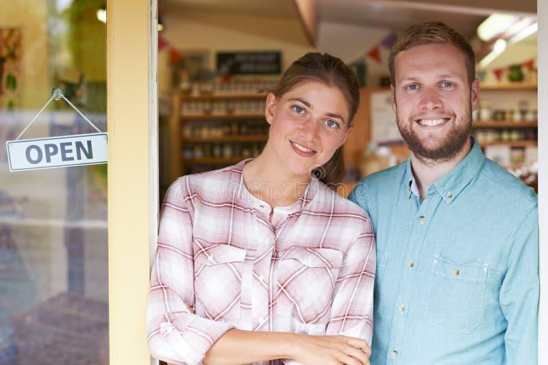 Porträt Paar-des laufenden Delikatessen-Außenseiten-Speichers stockfotografie