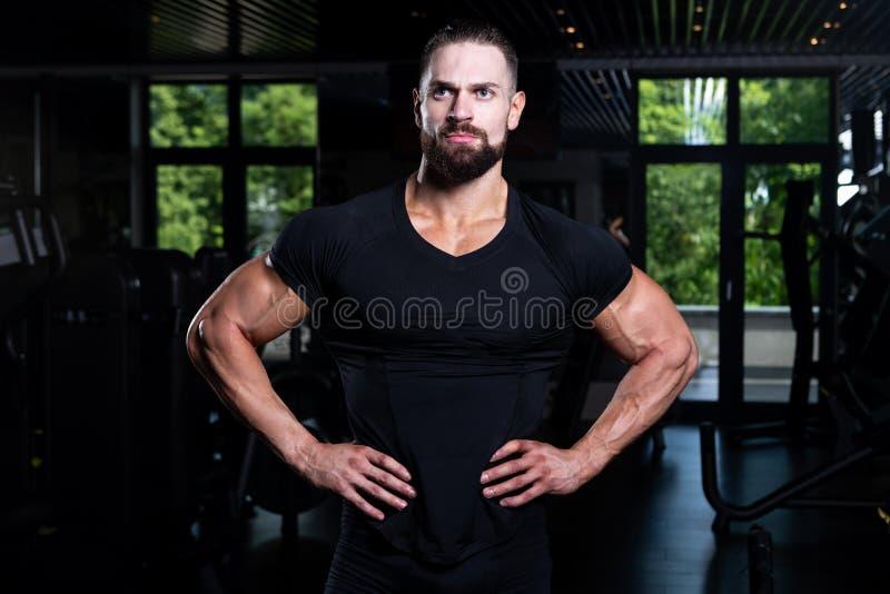 Porträt persönlicher Trainer-In Fitness Centar-Turnhalle stockfotografie