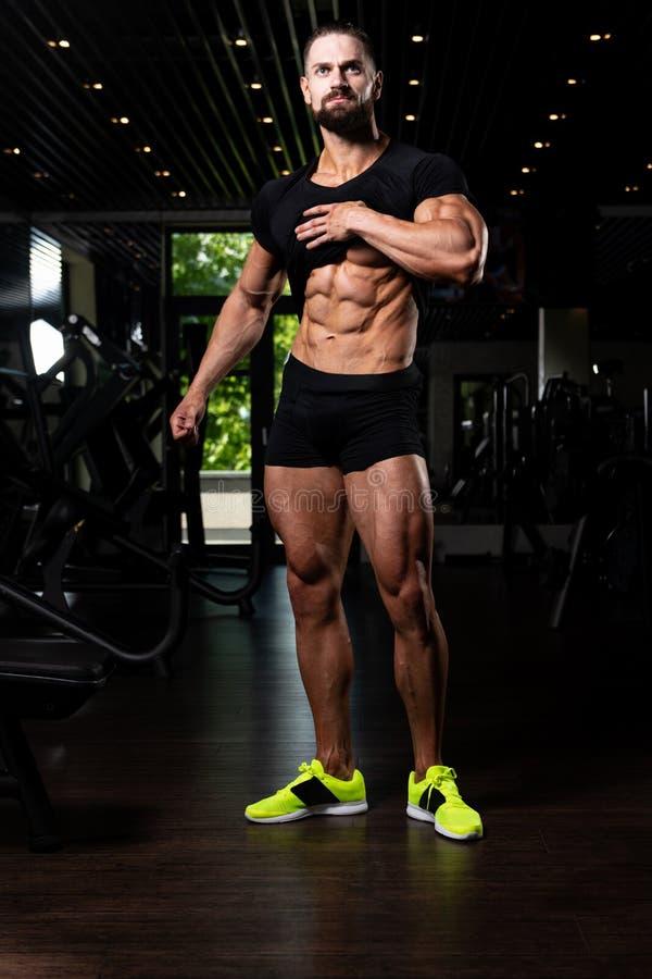 Porträt persönlicher Trainer-In Fitness Centar-Turnhalle lizenzfreie stockfotos