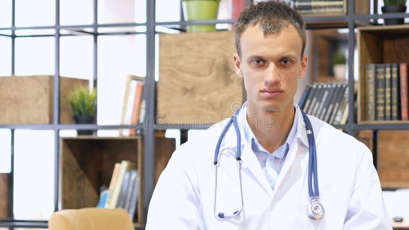 Porträt positiven männlichen Doktors, der Daumen aufgibt lizenzfreie stockfotografie