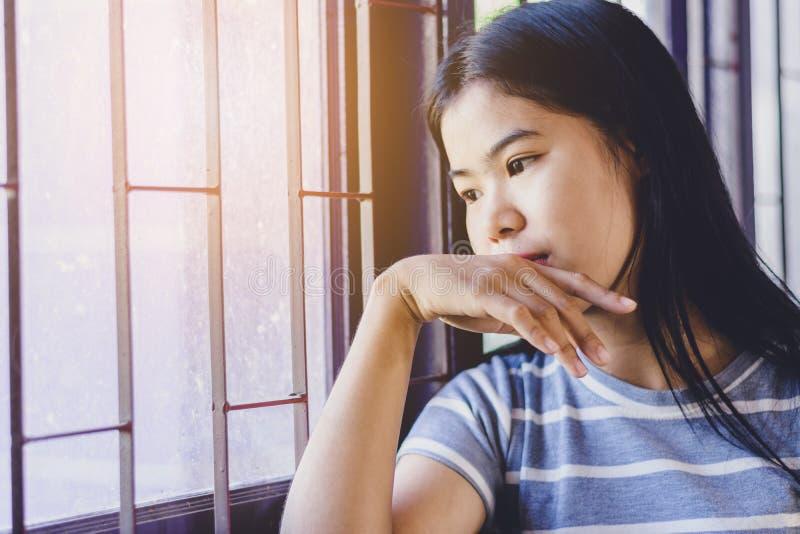 Porträt-schöne Asiatin, drücken nieder und den Gewinn heraus schauend stockfotos