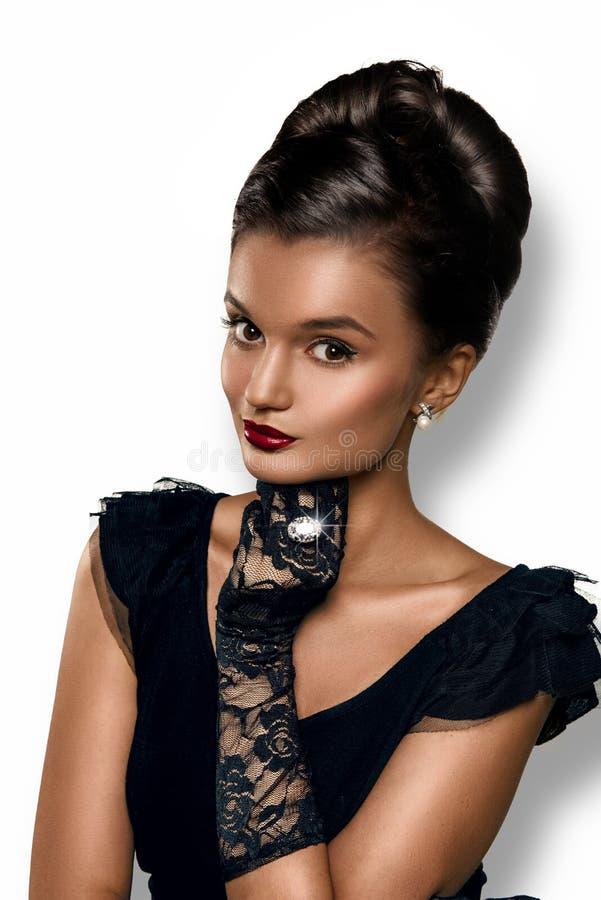 Porträt schöne intelligente Frau des Brunette von tragenden Handschuhen und von ri lizenzfreies stockfoto