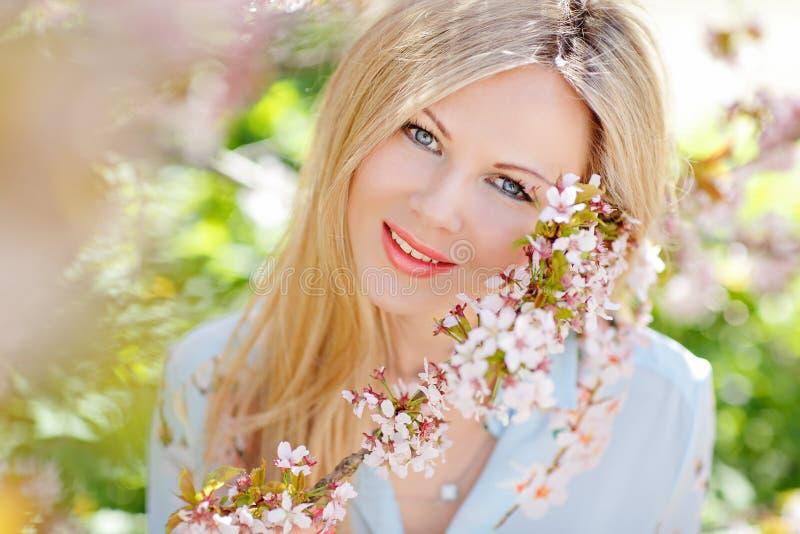 Porträt schönen jungen Blondine mit dem langen Haar in einem b lizenzfreie stockfotografie