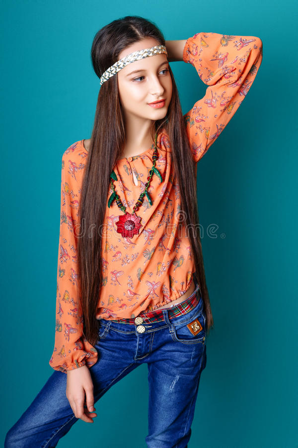 Porträt schönen jungen Hippie gir im Studio lizenzfreies stockfoto