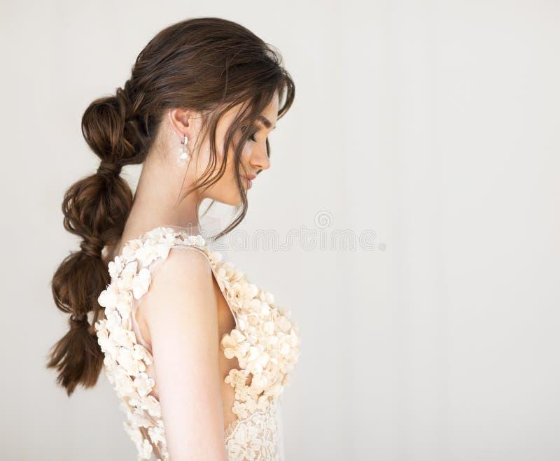 Porträt schöner junger brunett Frau lizenzfreie stockfotografie